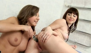 tenåring brunette lesbisk dildo leketøy maskin hd 18 år gammel stor dildo