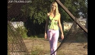 virkelighet tenåring naturlige pupper blonde tynn langt hår utendørs fitte solo thong