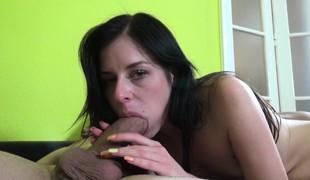 brunette babe hardcore blowjob små pupper