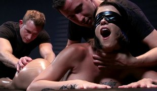 Blindfolded chick enjoys the best three-some shagging of her life