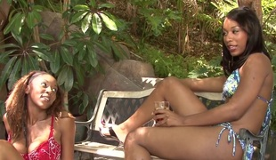 lesbisk utendørs bikini ibenholt