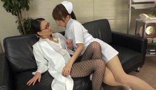 lesbisk asiatisk strømpebukse japansk fishnet uniform