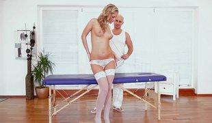 tsjekkisk european hvit naturlige pupper puppene blonde søt lingerie strømper massasje