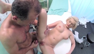 Roxy in Medical student gets her first anatomy lesson - FakeHospital