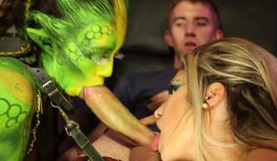 Gorgeous green alien and a slut share 10-Pounder on the spaceship