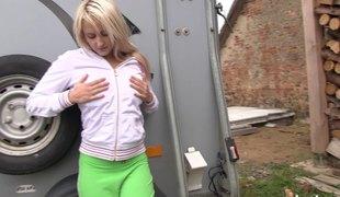 virkelighet tenåring naturlige pupper blonde langt hår utendørs onani fingring fitte solo