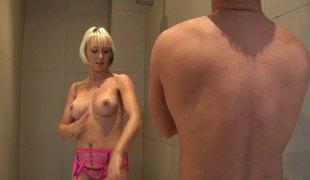 blonde hardcore slikking store pupper pornostjerne blowjob lingerie strømper fingring dusj