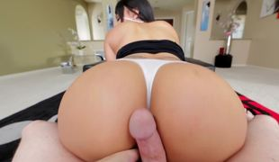 Big-buttied Latin babe can hypnotize any guy with her olied arse