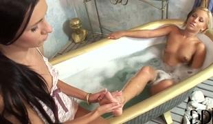 puppene brunette blonde lesbisk blowjob lingerie strømper truser små pupper tatovering
