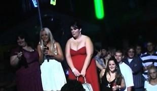 blonde store pupper offentlig fetish striptease